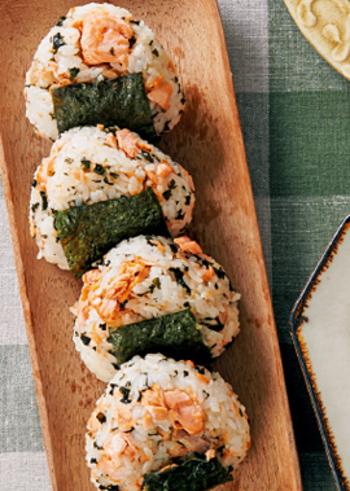 バターを使って味わい深く焼き上げた鮭を混ぜ込んで握った栄養満点のおにぎりは、お仕事で忙しい体に染み渡る一品です。