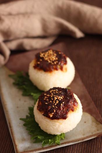 コチュジャンが入ったピリ辛味噌を乗せて焼き色をつけた少し大人な「ピリ辛ねぎ味噌焼きおにぎり」は大人のお夜食に最適です。