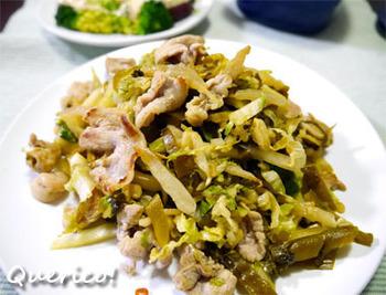 高菜漬けと白菜漬けの両方を入れた旨みの強い炒め物です。高菜は炒めすぎないように、ラストにくわえています。