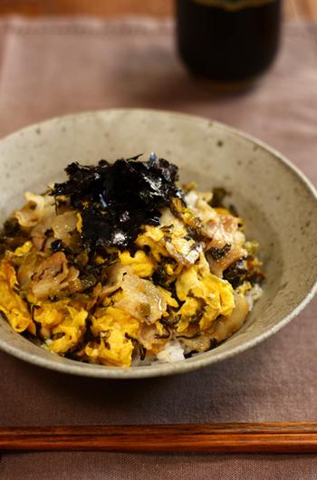 豚バラ肉と卵、高菜をごま油で香ばしく炒め合わせ、白いご飯の上にトッピングしています。小さい子供でも食べやすいので、お代わりの声があがりそうですね。