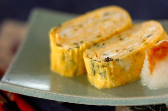 卵焼きに高菜を混ぜ込むと色鮮やかになって、リズミカルな印象が生まれます。お弁当に入っていると、思わずほっこりと笑顔になる定番おかずですね。