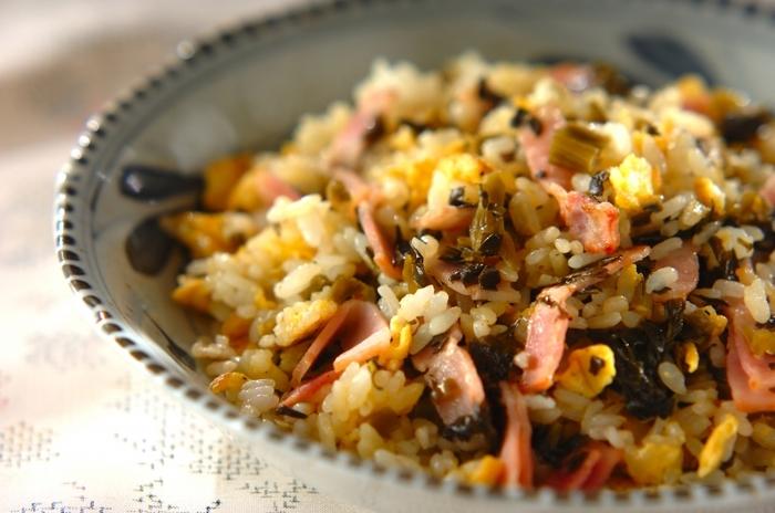 まずは覚えておきたいベーシックな高菜チャーハンです。高菜の旨みがたっぷり入っているので、味付けは塩コショウのみというシンプルさ。ちゃちゃっと作れるようになりたいひと品です。