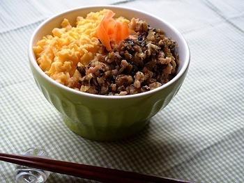 ひき肉をにんにくと高菜で炒め、濃厚なコクを引き出したそぼろ丼です。大きめの器に盛りつけて、たっぷりいただきたくなります。