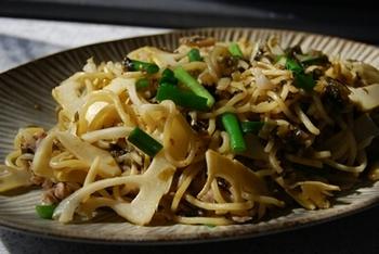 焼きそばにたけのこと高菜、豚肉をアレンジしたボリュームのあるひと品です。麺をしっかりと焼き付けてあげると、香ばしい焼きそばになります。