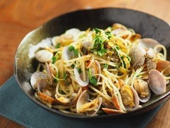 あさりと高菜を使った王道の和風パスタ。あさりは貝つきのものを使うと、見栄え良く、豪華に仕上がります。