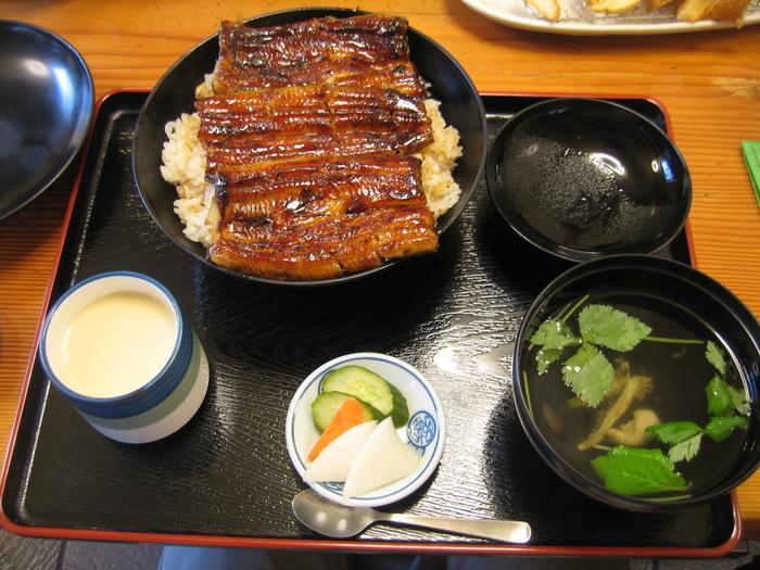 こちらのお店のうなぎは丼でいただきます。皮はカリッと、身はふっくらという、甘辛のたれが美味しいうな丼は間違いない美味しさ。他にも、う巻きや、海老のてんぷらとうなぎをのせた「えび太郎丼」、静岡名物の桜えびのかき揚げなど、メニューが豊富なのもうれしいところです。