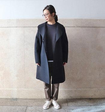 内側はボア仕様で暖かく、しっかりとした肉感で程よくハリのある生地のピーコートです。オーバーサイズなデザインですがクラシックな雰囲気も漂い、きれいめなスタイリングのアクセントにもおすすめの一着です。