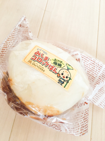 三島で有名な食べものといえば、「みしまコロッケ」。箱根西麓でとれた三島馬鈴薯を使ったコロッケです。街には認定店が並び、お店によって味の特徴を変えているので、食べ比べも楽しめます。こちらはパン屋さん「グルッペ」の、みしまコロッケを使ったコロッケパン。パン屋さんだけに、コロッケ専用のパン粉を作り衣にした、みしまコロッケ総選挙で1位にもなったこだわりのコロッケをはさんでいます。
