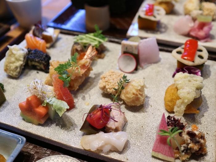 こちらのお店のランチメニューは「手織り寿司」の一種類のみ。色鮮やかな具の数々を、自分で手巻きにしていただきます。見て楽い、食べて美味しいお寿司です。
