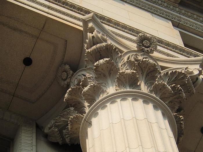「明治生命館」は、古典主義建築洋式の最高傑作として評価され、昭和期の建造物として初めて、国の重要文化財に指定されています。設計は東京美術学校(現東京藝術大学)教授であった岡田信一郎。近代洋風建築の発展に寄与した重要な建造物です。 【画像は、コリント式列柱部上部】