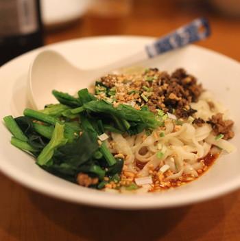 辛いもの好きにはたまらない四川料理屋『川香苑』。本格的に辛い本場のメニューが揃っています。人気の一品は、汁なし短担々麺。花山椒がピリリと効いた辛味が癖になる味わいです。