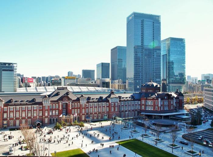 赤煉瓦の壮麗な建物が印象的な駅舎は、2012年に開業当時(1912年)の姿に復元された「丸の内駅舎」。2014年に東京駅は、開業100週年を迎えています。【「新丸ビル」7Fガーデンテラスからの眺望)】