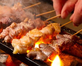 一本一本お店で手打ちして焼いてくれる美味しい串焼きや、絶品の鶏料理が揃う『酉一途』。コスパが良いのに絶品な鶏料理がいただけます。