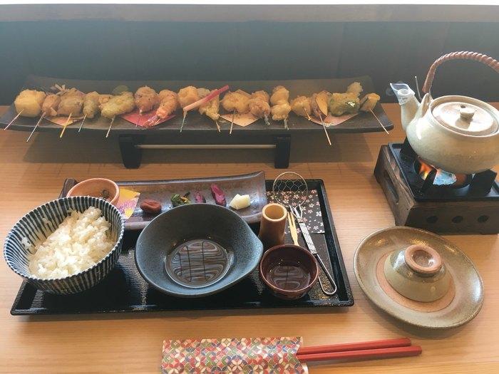 嵐山にある天ぷら・串揚げのお店です。十六色の一口天ぷら膳は、女性でも食べやすいサイズの串天ぷらがずらりと並んでいて見た目もおしゃれ。