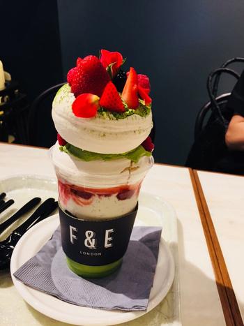 ロンドン発のデリ&カフェレストランでいただける、「イートンメス」には、ボリュームたっぷりのメレンゲが乗っています。京都ならではの抹茶&丹波黒豆味が人気です。