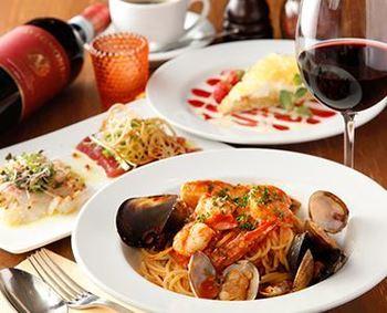 産直の海の幸を地中海テイストでいただける『タント ドマーニ』。アルコールと一緒に楽しく料理が食べられ、魚介のうま味がぎゅっと詰まったパスタなど、海の幸が存分に味わえます。