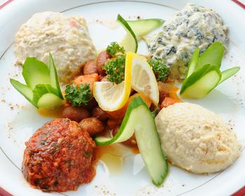 本場のトルコ料理がいただける『ウスキュダル』。こちらは色とりどりの前菜盛り合わせ。ひよこ豆のペースト、ほうれん草とヨーグルトのペースト、豆と野菜のトマト煮などをピタパンにのせていただきます。さっぱりとした美味しさが広がります。
