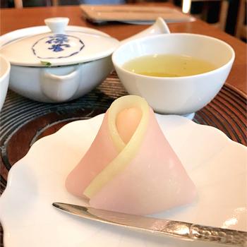 京都市役所前駅から徒歩5分ほど。抹茶や玄米茶などのお好みのお茶と、上生菓子のセットをいただけます。お茶は自分で淹れるので、京都でのお茶体験が気軽にできますよ。