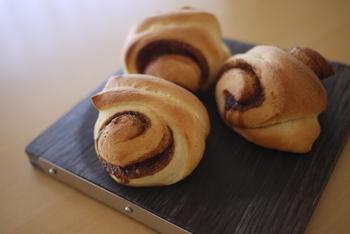 小さめのパンは、トーストするとパサパサになってしまいます。ふんわり感をキープしたいパンは、温め方にコツがいります。  ロールパンはラップに包んだまま電子レンジで数十秒温めましょう。コストコのディナーロールはこの方法で解凍すると、驚くほどふんわりしますよ。