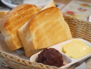 食パンやスライスされた薄めのパンは、凍ったまま高温に温めたトースターで一気に焼き上げると、外はカリッと中はもっちり仕上がります。低温で焼くと水分が蒸発してしまうので、高温で焼くのがポイントです。