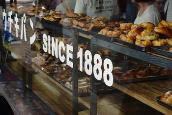 美味しいパン屋さんを見つけたら、ついついたくさんパンを買ってしまったという経験はありませんか? コストコや業務用スーパーで食べきれないほどパンを買ったら、自宅で冷凍してみましょう。  「パンを冷凍するとパサパサするのよね……」と思う人もいるかもしれません。それは冷凍の仕方や解凍の方法に問題があるかも。冷凍パンにいいイメージを持っていないかもしれませんが、パンを冷凍するといいことがたくさんあるのです。