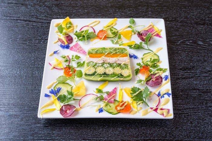 京野菜をふんだんに使ったフレンチのコースは、目にもお腹も大満足!画像の、季節ごとに変わるテリーヌはお店の看板料理。また訪れたいと思わせてくれる素敵なお店です。