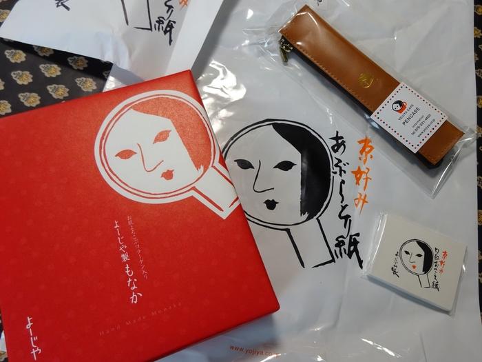 京都土産の定番、よーじや。あぶらとり紙やおしろい紙が人気です。パッと見るだけで京都のお土産とわかるので写真にも映えます。新京極の本店や、祇園、嵐山、京都駅などさまざまなところで購入できます。