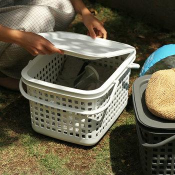 バスケットと蓋が別売りになっている便利なアイテムも。蓋はトレイとしても使える優れもの。 お外で使って汚れてしまったら、水洗いすればすっきりキレイに◎