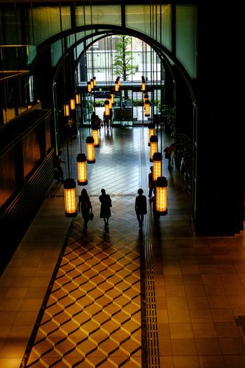 当エリアは、出張や旅行の空き時間、買い物や勤め帰りの隙間時間でも楽しめるのが強みです。ぜひ記事を参考に、思うままに足を運んで素敵な一時を楽しんでください。  【駅前の「新丸の内ビルディング(通称:新丸ビル)」」のメインエントランスロビー。照明器具や天井のデザイン、床の大理石タイルも素晴らしく、丸の内駅舎正面に建つビルに相応しい格調高い内装となっている。】