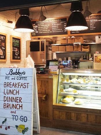 ニューヨークの人気カフェ&レストラン「Bubby's(バビーズ)」は懐かしくて温かいアメリカらしい料理を提供するお店。アメリカンといってもそのイメージはグランマの味。手が込んだというより、きちんと手をかけた優しい料理。気取りなく通えるカジュアルなお店です。
