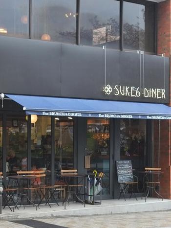 浅草駅からすぐの隅田川近くに立つ「SUKE6 DINER(スケロクダイナー)」は、3階の工房で作る焼き立てパンをカフェで味わえる人気店。ブランチの時間帯は、外国人観光客が多く、一瞬ここは日本ではない!?ような気分を味わえます。新鮮な野菜のサンドイッチやボリュームたっぷりスープ、焼き方やトッピングをいろいろ選べる卵料理...など、バリエーションに富んだメニューが楽しいお店です。