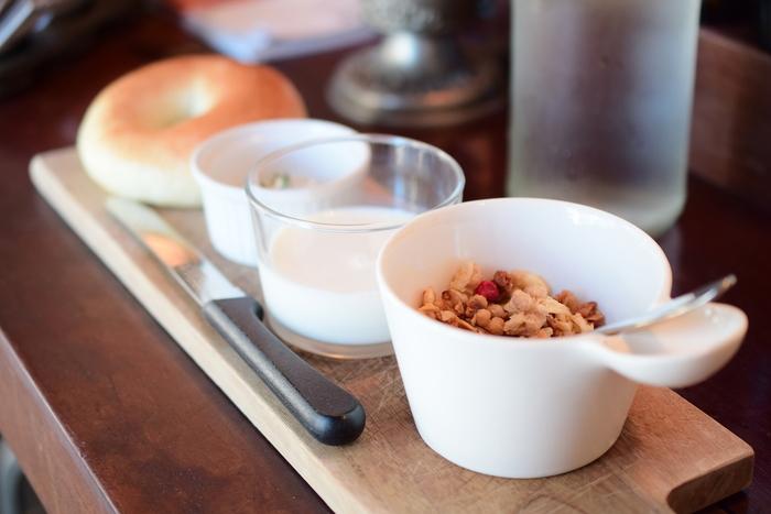 焼き立てベーグルに自家製グラノラ。サクサク、もちもち、色んな食感を楽しめます。健康的な朝のメニューは定番にしたくなります。
