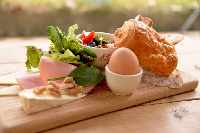 Quotidienとは、日常のことですが、フランスやベルギーの人々にとって美味しいパンは日々に欠かせないもの。天然酵母で大切に作られたパンは毎日食べても飽きることがない優しい味。新鮮な野菜やチーズ、卵...シンプルなメニューも1つ1つが上質だとすばらしく充実した朝ごはんになります。