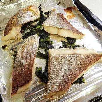 真鯛をグリルで塩焼きにするのもいいですが、こちらは軽く塩をした真鯛をワカメの上にのせてオーブンで焼くアイデア。磯の香りが豊かでとてもおいしそうですね。