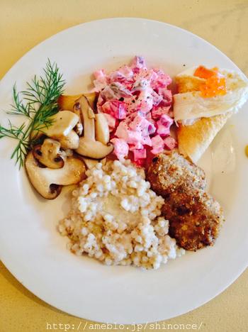 2ヶ月毎に変わる朝食メニュー。他に、定番朝食メニューもあります。こちらはロシアの朝ごはん。知らない土地の日常は、私たちにとってはスペシャルなもの。なんだかワクワクしますよね。