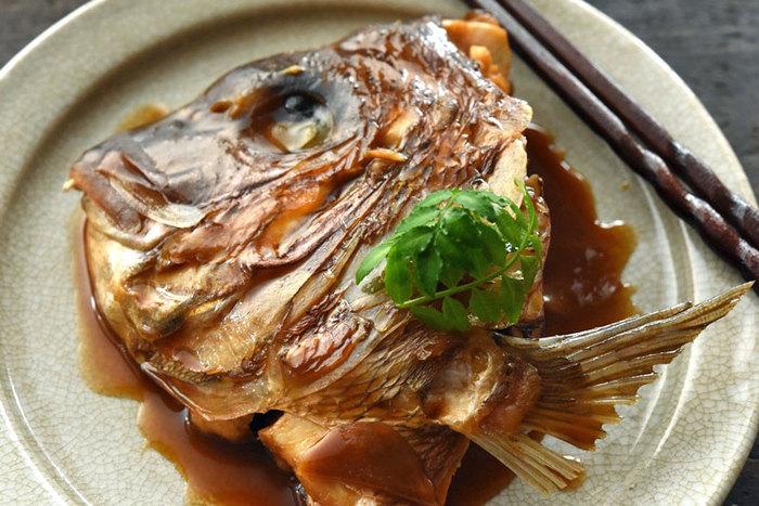 半分に割った鯛の頭を使った煮付け、かぶと煮。ごぼうなどの根菜もいっしょにしっかりと煮詰めます。煮汁に軽くとろみが出てくればOK。コツは、うろこを丁寧に取り、霜降りをしてきれいに洗ってから煮ることです。