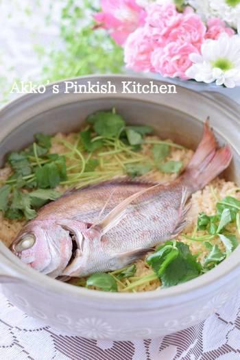 鯛めしを尾頭付きの鯛を使って作る場合には、鯛を生のまま使う方法と、焼いてから使う方法があります。生で使う場合は、塩をして汚れをしっかり取ってから炊きましょう。こちらのレシピでは土鍋を使っていますが、炊飯器でもOKです。