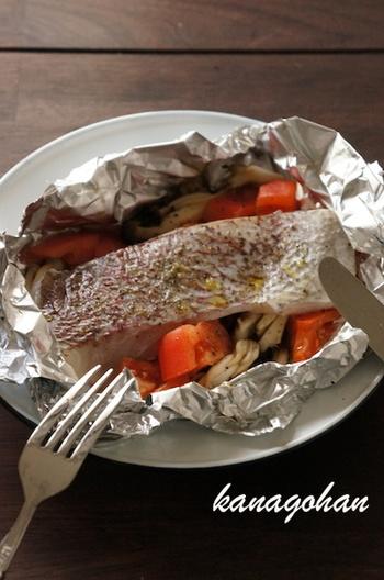 フライパンで手軽にできる真鯛のホイル焼き。包み焼きで鯛のうまみを逃すことなく、まるごと味わえるのがうれしいところ。包みを開けたときの海の香りもごちそうです♪