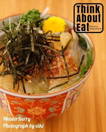 鯛めしの中には、たれに漬け込んだ鯛の刺身をご飯にのせる「宇和島鯛めし」というものもあります。愛媛・宇和島地方の郷土料理です。こちらの食べ方もおいしそうですね。