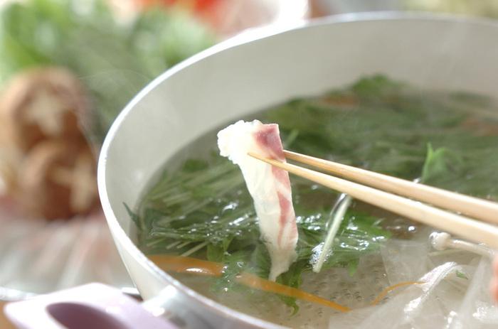 薄造りの真鯛を使って、上品な鯛しゃぶはいかがでしょう。さっぱりとした昆布だしで、鯛本来のうまみ、甘みを味わいます。鍋料理の多い季節ですが、たまにはこんな贅沢なしゃぶしゃぶも盛り上がりますね。〆のお雑炊も絶品です。