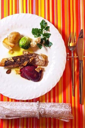 切り身で手軽に楽しむ、真鯛のソテー。ローズマリーやレモングラスなどのハーブをともにソテーしながら、香りをつけます。苺とブルーベリーのソースで甘酸っぱい爽やかさを添えて。