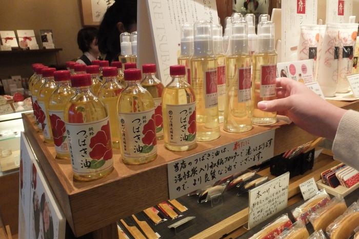 椿油やかんざしを取り扱うお店です。レトロなパッケージの椿油はお土産にぴったりです。祇園本店と麩屋町六角店があります。