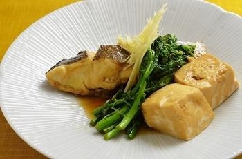 煮付けも、真鯛の代表的な楽しみ方のひとつですね。こちらは、豆腐入り。落し蓋をして強めの中火で動かさずに煮ます。