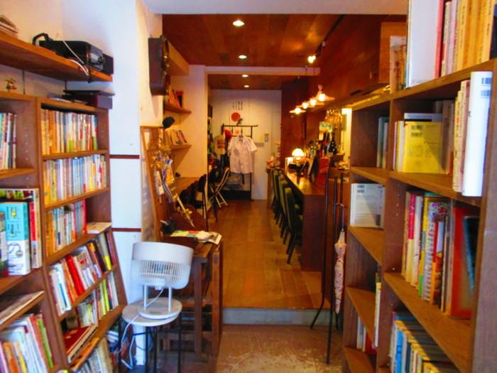 JR西荻窪駅から約10分の場所にある「古本バル 月よみ堂」。店内に置かれた古本を読みながら、美味しいお酒やお料理をいただくことのできるお店です。アットホームな店内で読書にふけりつつ、「この本の持ち主はどんな人だったのかな?」なんて思いを馳せるのも楽しそう。