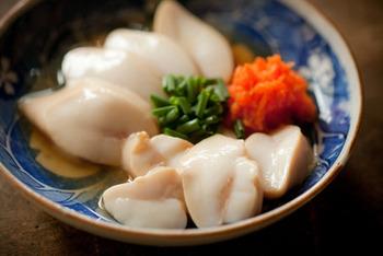 鯛の白子は、大きすぎず扱いやすいうえに、味も絶品。塩をまぶしてしばらく置き、沸騰させないように優しく火を入れます。ぷくっと膨らんだら水にとって冷まし、ポン酢に漬け込んで。すぐに食べるのもよし、一晩漬けるのもよし。