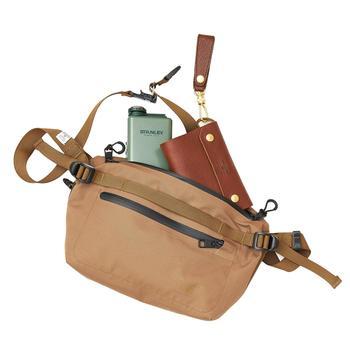ウエストバッグとボディバッグの2wayで使えるバッグは、ベーシックカラーで持つ人を選びません。休日のアクティブなお出かけの相棒になりそう。