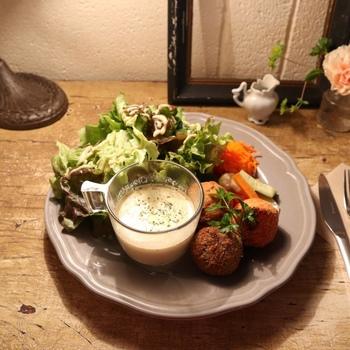 こちらもランチのひとつ、「ライスコロッケランチ」です。3種類の異なるライスコロッケに、スープやサラダがワンプレートに盛り付けてあります。
