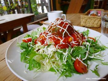 こちらは、ひき肉の代わりに8本足のたこを使った「アボガドのタコライス」。野菜たっぷりでヘルシーなひと皿です。