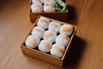 コクのあるおいしさが人気の天むす。決め手は、やはりむきエビの天ぷら。こんがり香ばしく揚げるのが、おいしさの秘訣です。ちょっとテンションの上がるお弁当になりますよ。