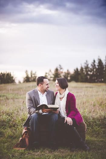 「自分以外の誰か」が選んだ本は、読書の幅を広げてくれるだけでなく、その人の思考や人生観に触れるきっかけになります。本をきっかけに、自分の世界や知識、周りの大切な人たちとのコミュニケーションの輪を広げてみましょう。